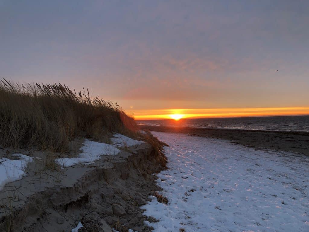 Sonnenaufgang an der Ostsee im Schnee